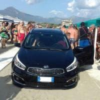 Versilia, la macchina arriva in spiaggia e i bagnanti temono l'attentato