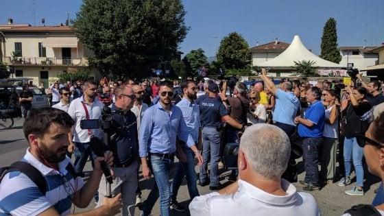Pistoia, Don Biancalani stringe la mano ai militanti di Forza Nuova. Che vengono fischiati dalla folla