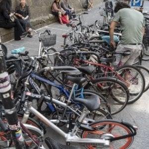 Firenze, ruba la bici e tenta di rivenderla a un passante: ma è il proprietario