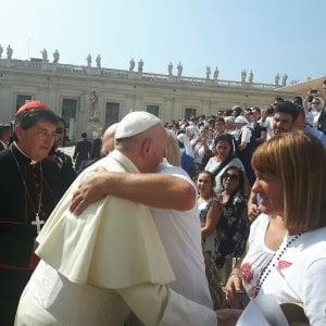 """Il Papa chiede """"perdono"""" alle vittime del Forteto: l'abbraccio in piazza S. Pietro"""