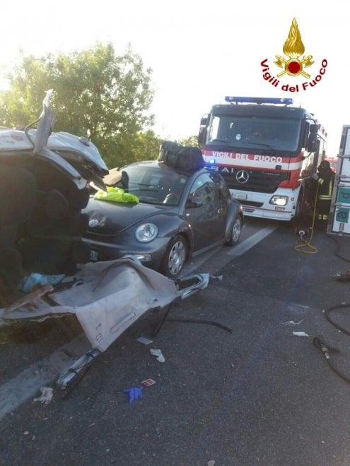 Cecina, Tir salta il new jersey e travolge due auto: tre feriti