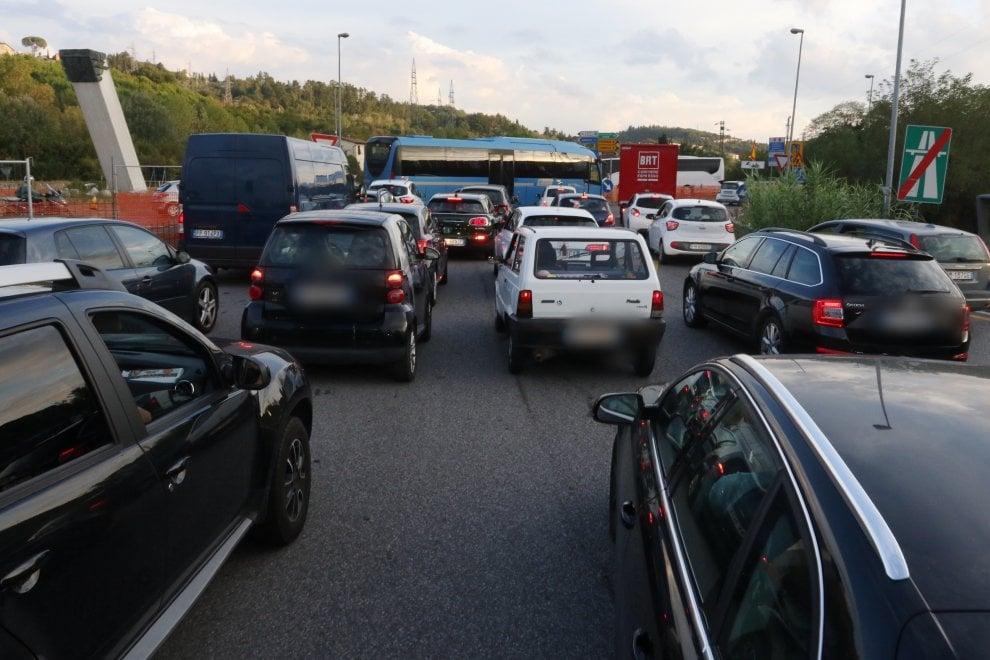 Firenze, camion a fuoco: lunghe code, poi riaperta la A1