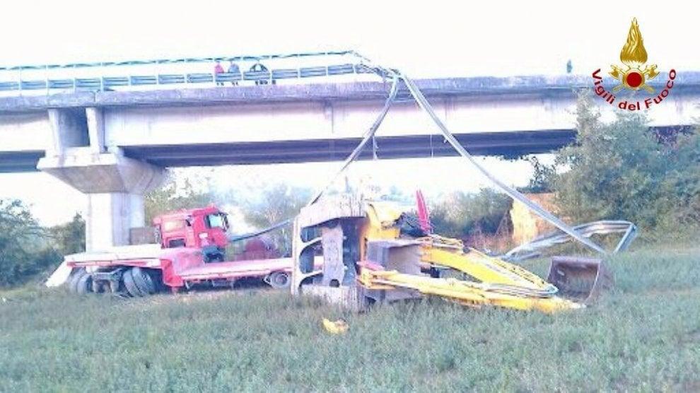 Tir precipita dal viadotto sulla Grosseto-Siena
