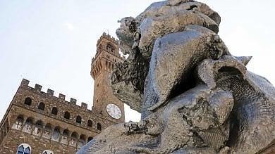 """Il """"colosso"""" di 12 metri di Urs Fischer  approda in piazza della Signoria  foto"""