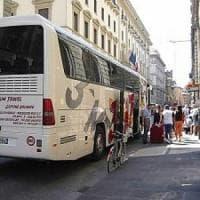 Firenze, due bus turistici abusivi multati e scortati fuori dal centro dai