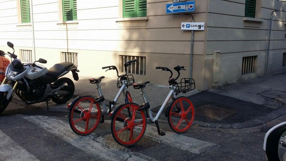 """""""Tranquillo mettila dove vuoi"""": i parcheggi più assurdi del bike sharing a Firenze"""
