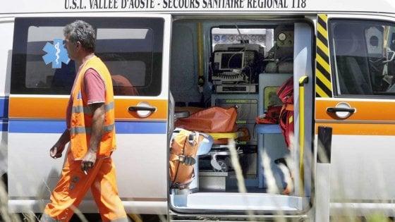 Scendono dall'auto dopo l'incidente, travolti in autostrada: due morti e 3 feriti