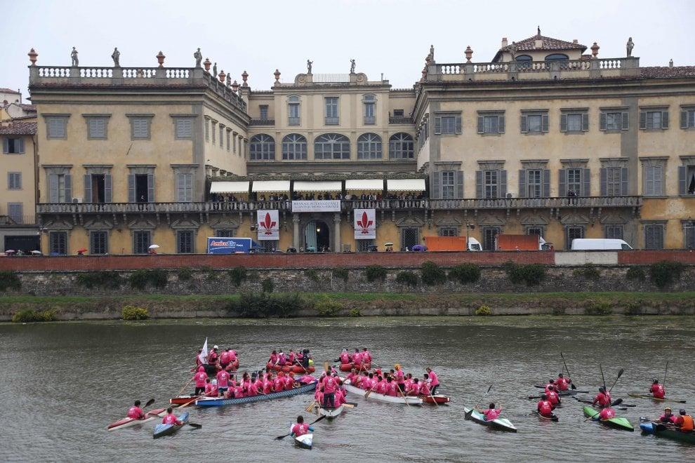 Firenze, un'onda rosa sull'Arno contro il tumore al seno