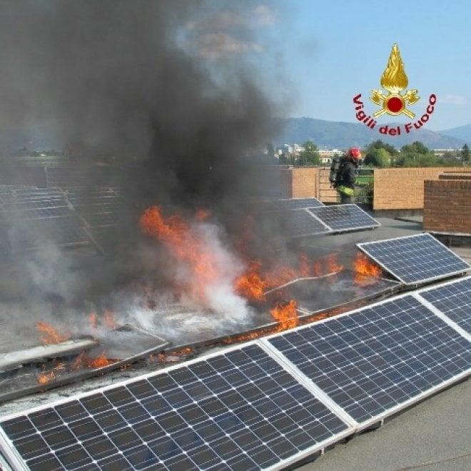 Prato, a fuoco i pannelli fotovoltaici: evacuata scuola elementare