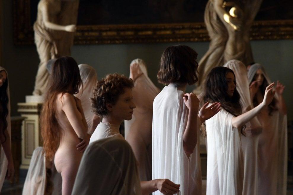 Vanessa Beecroft, veli e nudità davanti alle sculture della sala Niobe
