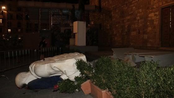 Firenze, crolla una delle due statue di Urs Fischer in piazza Signoria