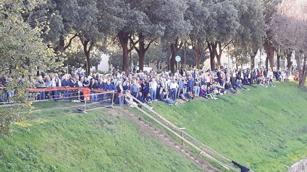 Firenze, al cantiere come allo stadio: in centinaia lungo l'Arno per i lavori della nuova passerella