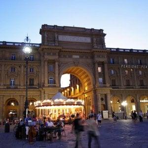 Firenze, circondata dal branco e salvata dal venditore di rose