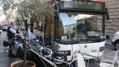 Malore dell'autista e il bus finisce  fra i tavoli del bar e le auto parcheggiate