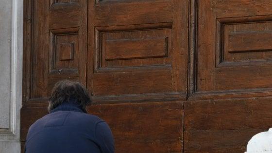 Firenze, Santa Croce: un fiore e il portone chiuso il giorno dopo il dramma