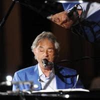 Bocelli canta con la banda della Guardia di Finanza