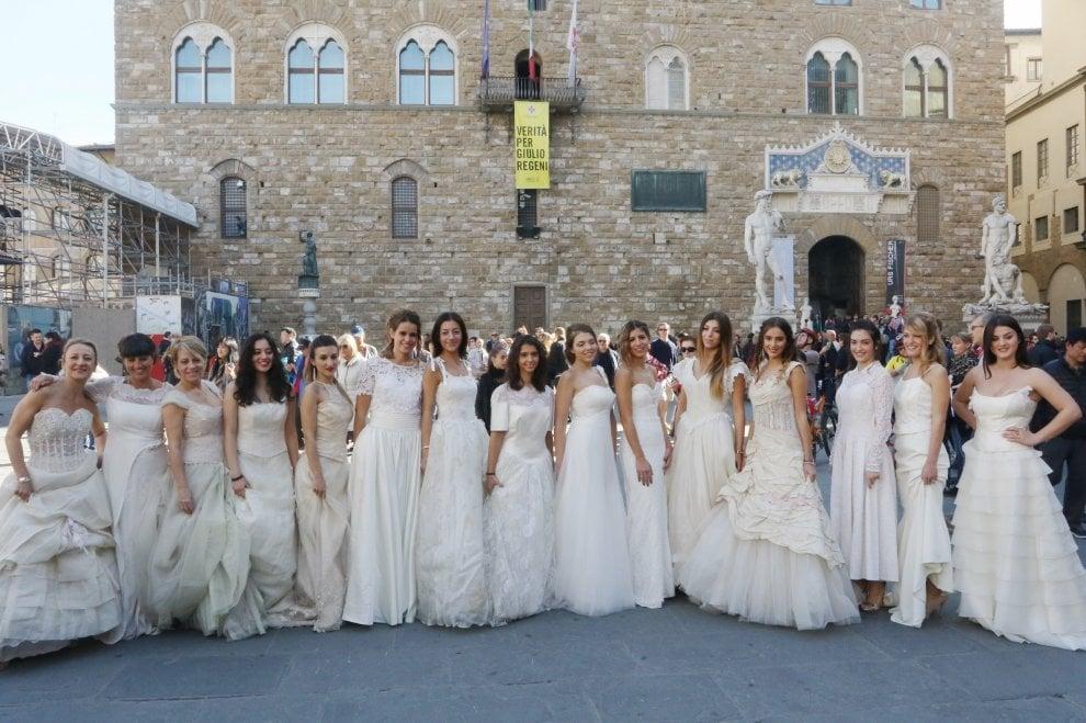 Firenze, flash mob in abito da sposa in piazza della Signoria