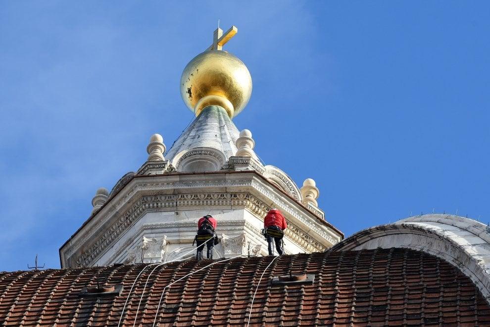 Firenze, gli alpinisti scalano la cupola del Brunelleschi