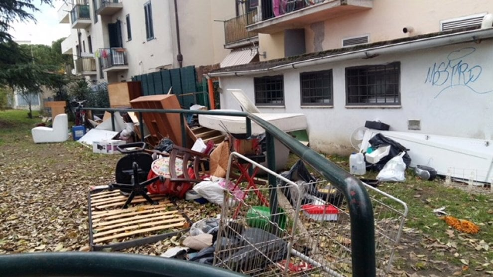 Materassi e barbecue, i rifiuti abbandonati in via Pistoiese - 1 di 1 - Firenze - Repubblica.it