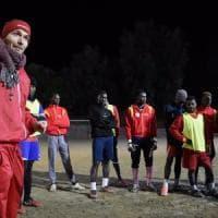 Un calcio al pallone, a Firenze grazie allo sport i migranti ritrovano il