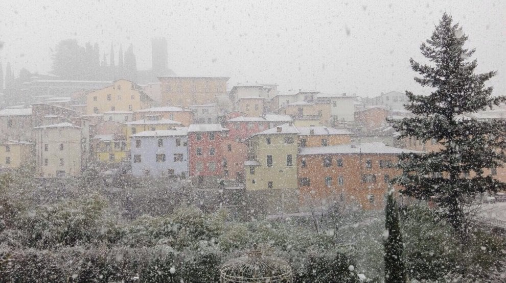 Alberi e tetti imbiancati, a Barga arriva la prima neve