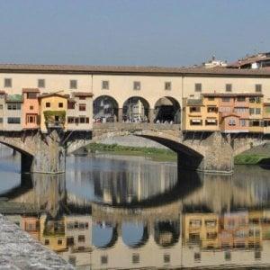 Un graffito a forma di cuore su Ponte Vecchio: denunciate due turiste