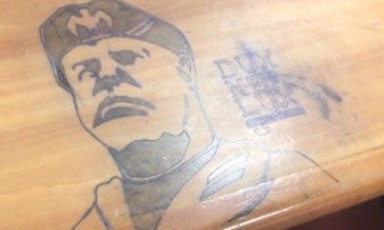 Università di Firenze, gli studenti cancellano il volto di Mussolini disegnato sui banchi