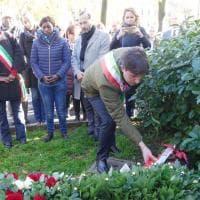 Fiori sul luogo dell'attacco razzista a Firenze