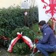 Fiori sul luogo dell'attacco razzista di 6 anni fa  la vedova di Samb Modou sarà cittadina italiana