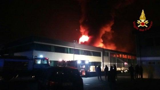 """Porcari dopo l'incendio con allarme amianto: """"Io sindaco lasciato solo a decidere sulla salute dei cittadini"""""""