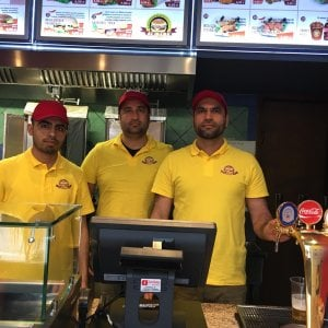 """Barga, la storia di Qaisar: """"Col mio kebab posso sfamare chi non ha nulla e chiede cibo"""""""