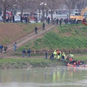Firenze, aggredisce passanti con un bastone, poi si butta in Arno per sfuggire alla polizia