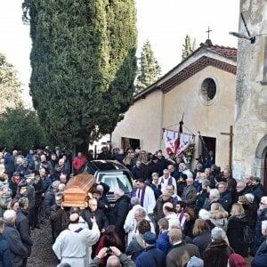 I funerali a Barbiana di Michele Gesualdi, sepolto accanto al suo maestro Don Milani