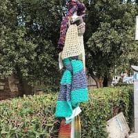 Pisa, sui pali della luce arrivano le sciarpe sospese per aiutare i poveri