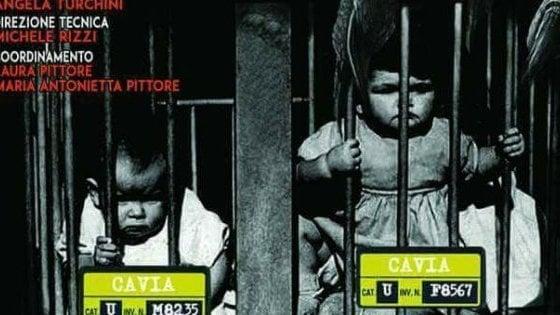 Firenze, polemica per lo spettacolo choc dei no vax: in locandina bimbi-cavie in gabbia