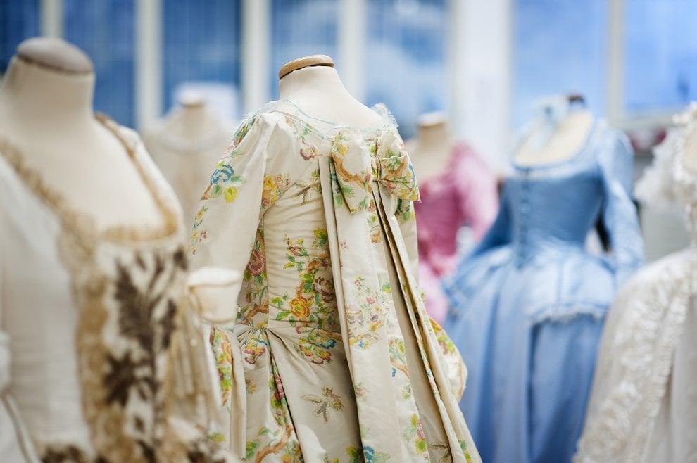 """Prato, in mostra i costumi di Maria Antonietta: una """"regina da Oscar"""""""