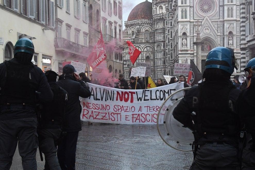 """""""Salvini not welcome"""", in 200 contro il leader della Lega Nord a Firenze"""