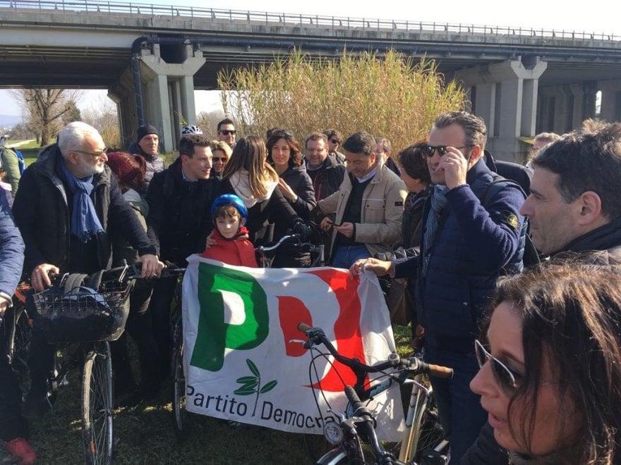 """Firenze, Renzi in bicicletta: """"Ma dove trova il centrodestra i soldi... al Monopoli?"""""""