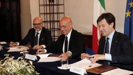 Firenze, Minniti firma il patto sulla sicurezza: più agenti in città