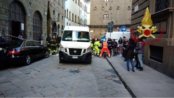 Furgone investe un pedone in piazza Davanzati a Firenze