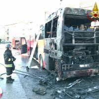 In fiamme un bus di linea a Piombino