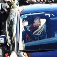 Sputi e insulti a Giorgia Meloni: