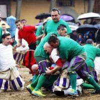 Firenze, vecchie glorie del calcio storico sotto la pioggia