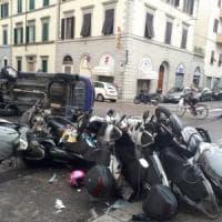 Firenze, con l'auto travolge trenta scooter posteggiati