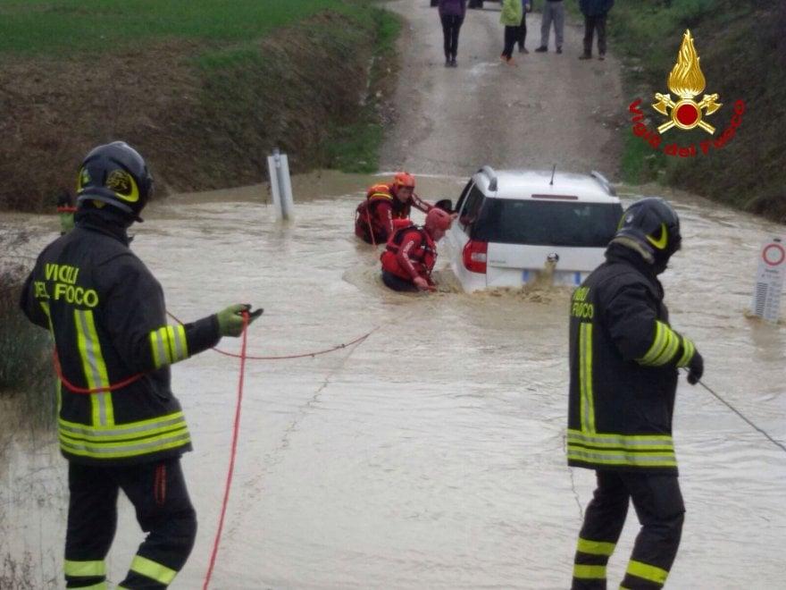 Bloccati in auto nel guado di un fiume, salvati
