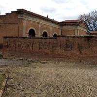 Buonconvento, sul muro del cimitero la scritta: