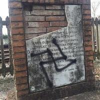 Castelfiorentino, svastica sulla lapide dedicata a vittima dei nazisti
