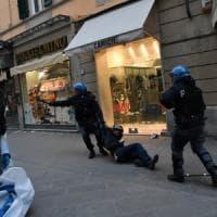 Salvini a Pisa, scontri fra gli antagonisti e la polizia: 6 fermati