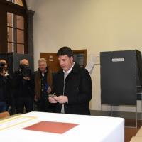Renzi vota a Firenze e poi su Fb: