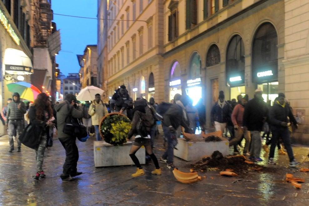 Omicidio Firenze, la rabbia della comunità senegalese: divelte fioriere, rovesciati cestini e scooter in centro